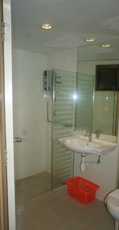 YMCA One Orchard: Decent shower room