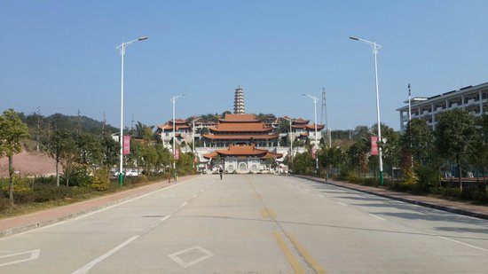 Thousand Buddhas Tower: Front entrance