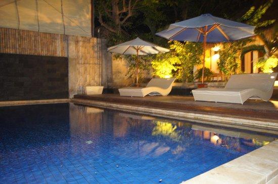 Bale Sampan Bungalows: Pool at night
