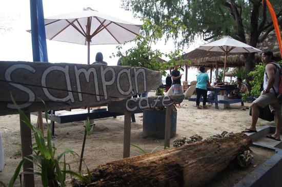 Bale Sampan Bungalows: Cafe at the beach