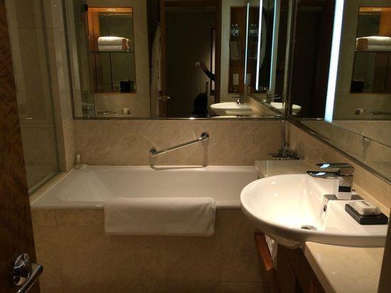 Grand Hyatt Beijing: Very nice bathroom