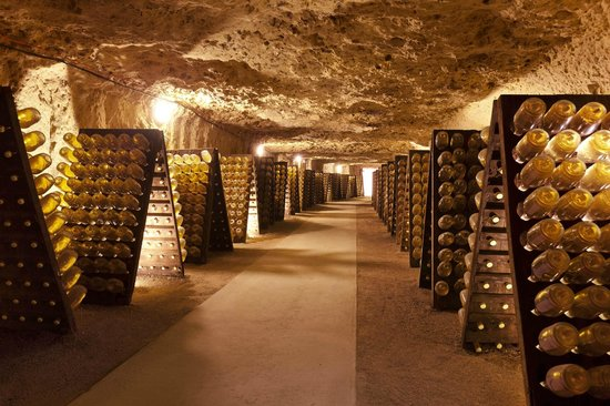 Grandes Caves Saint Roch - Blanc Foussy: Les bouteilles sur pupitre