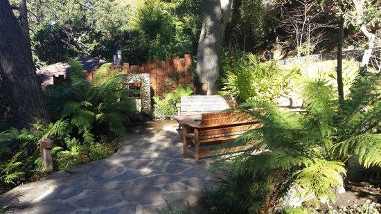 Glen Oaks Big Sur: Firepit and water feature