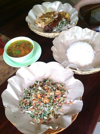 Warung Babi Guling Ibu Oka 3: Babi guling pisah and lawar vegetables. ^^