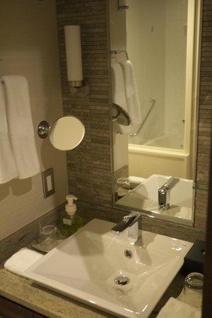 Hotel Granvia Osaka : Sink area with heated mirror.