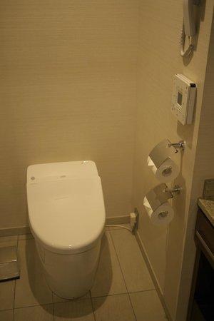 Hotel Granvia Osaka : Amazing Japanese toilet.