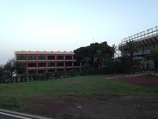 Hotel Escuela Santa Cruz: 北側の遊歩道からの眺め。右がスタジアム。