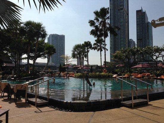 La piscina picture of shangri la hotel bangkok bangkok tripadvisor - Hotel bangkok piscina ...