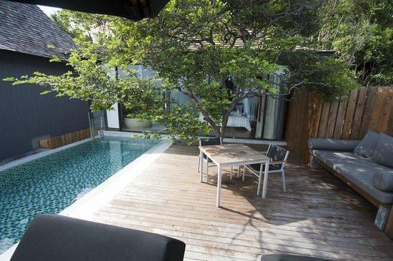 Silavadee Pool Spa Resort : Tree in the decking