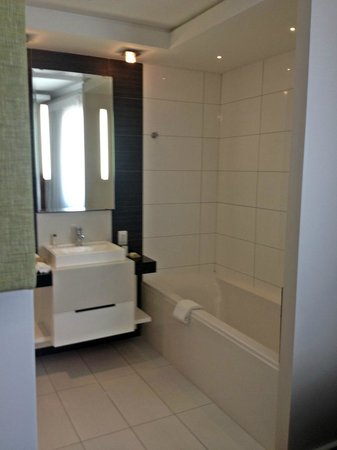 DoubleTree by Hilton Cape Town - Upper Eastside: Room 252 - sink and bath tub