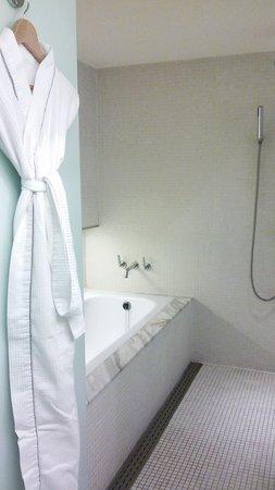 Ambience Hotel: バスルーム