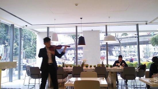 Ambience Hotel: 朝食時のバイオリン演奏