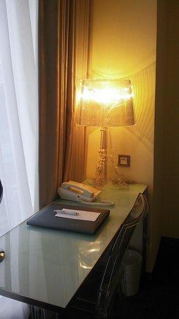 Ambience Hotel: 書き物用机
