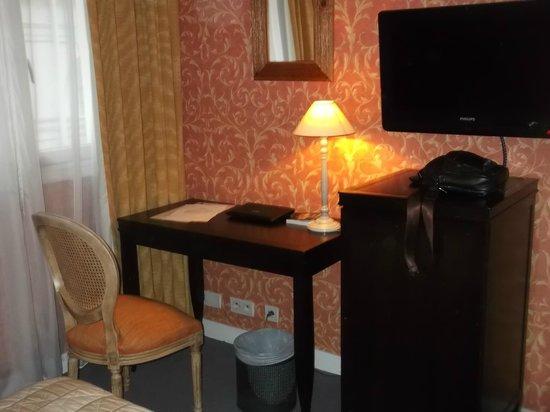 Louvre Piemont Hotel: Стол будто из 50-х