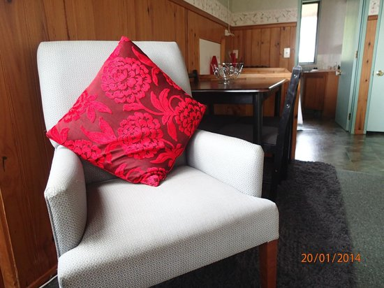 Grafton Cottage and Chalets: Manuka's Dining/Living Area