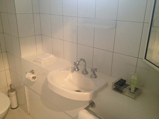 Eltham Gateway Hotel & Conference Centre: Executive Spa Suite - Bathroom (Sink & Complimentries)