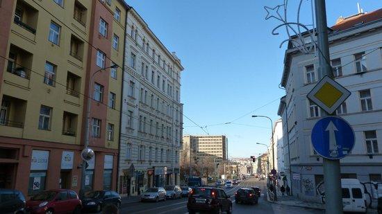 Hotel Victoria: улица ведущая от отеля к трамвайной остановки