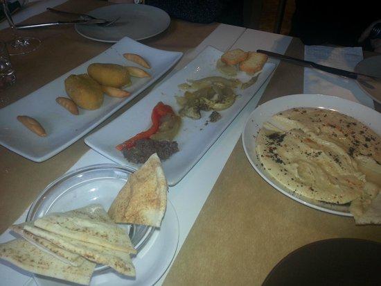 La Capella: Para picar, humus, escalibada con olivada, croquetas de pera.....