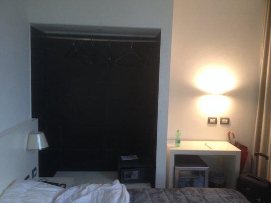 Smart Hotel Milano Centrale: Armadio... A muro !