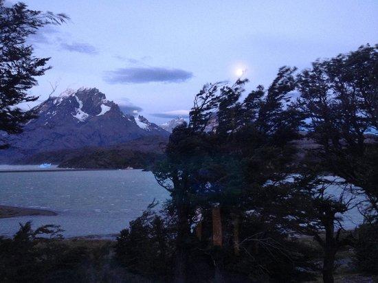 Lago Grey Hosteria and Navegacion: Full moon overy Lago Grey