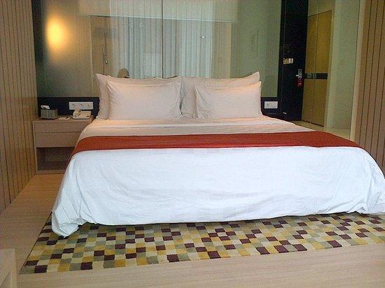 Padma Hotel Bandung: bed