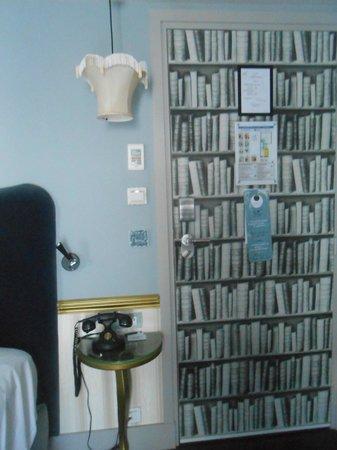 Les Plumes Hotel : porte de la chambre
