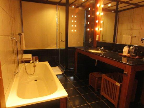 Heritance Kandalama: bathroom, windows shut