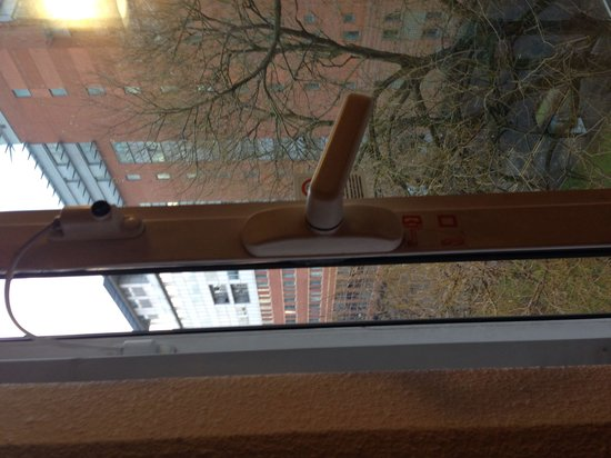 ibis Manchester Centre Princess Street Hotel: Bedroom window - won't open any further because of lock
