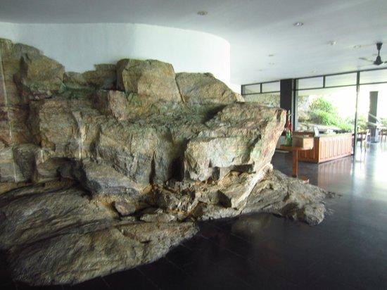Heritance Kandalama: cafe area/ rock face!