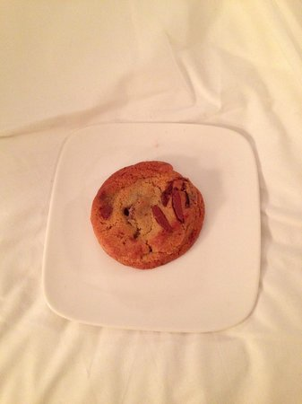 City Club Hotel: Fresh chocolate chip cookie greets me as I check into my room!