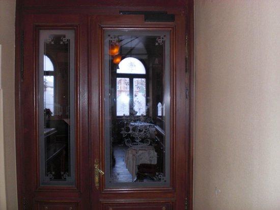 Hotel Schiller Freiburg: Eingang zu Restaurant und Rezeption
