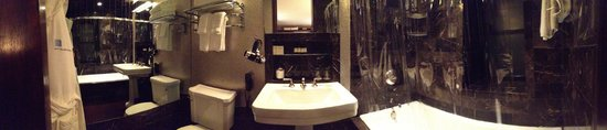 City Club Hotel : Ensuite bathroom