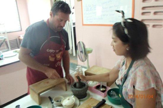 Pat's Thai Cooking School: Pat helping Justin