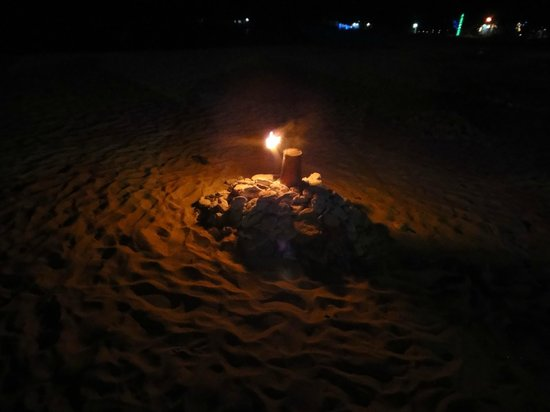 Kingfisher Hotel : Small bonfires that dotted the beach