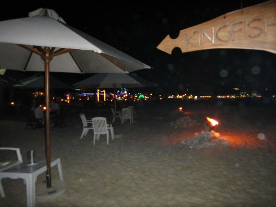 Kingfisher Hotel : View of the beach from drinks table