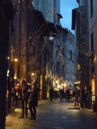 Piazza della Cisterna: evening stroll during holiday season