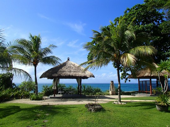 Pool Villa Club Senggigi Beach Lombok : View out to the beach from where you eat breakfast