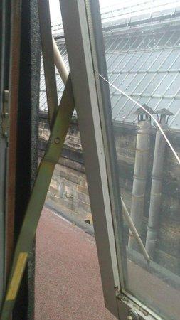 Rennie Mackintosh Station Hotel : View with the broken window