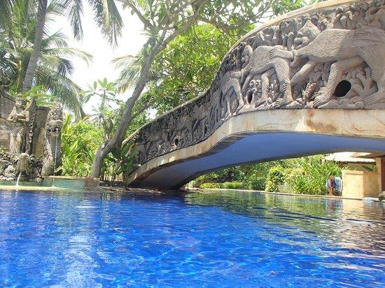 Pool Villa Club Senggigi Beach Lombok: Bridge over the pool
