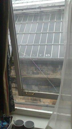 Rennie Mackintosh Station Hotel: Broken window