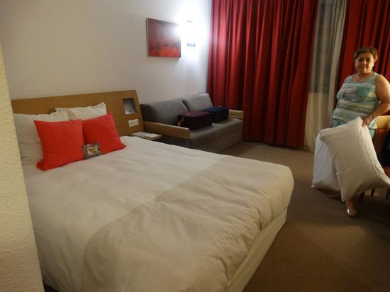 Hotel Novotel Sevilla: O apartamento duplo solteiro (twin roon) que deveria ter duas camas de solteiro, tem só uma de c