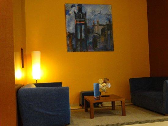 Hotel Novotel Sevilla: Recepção com diferentes ambientes aconchegantes