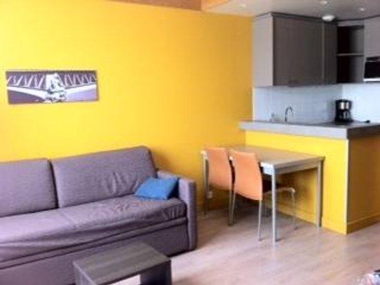 Aparthotel Adagio Paris XV : il soggiorno con i divani letto