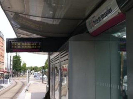 Aparthotel Adagio Paris XV : la stazione del tram davanti l'ingresso