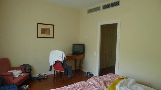 Balneario Termas Pallares - Hotel Parque: Mesa y televisor habitación Termas Pallarés Hotel el Parque
