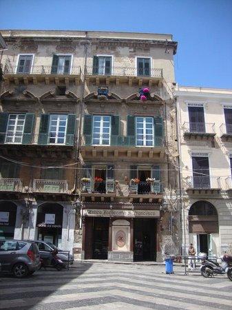 Antica Focacceria San Francesco: Piazza San Francesco d'Assisi e palazzo Cattolica