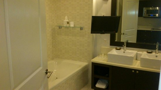 Provident Doral at The Blue Miami: TV in the bathroom