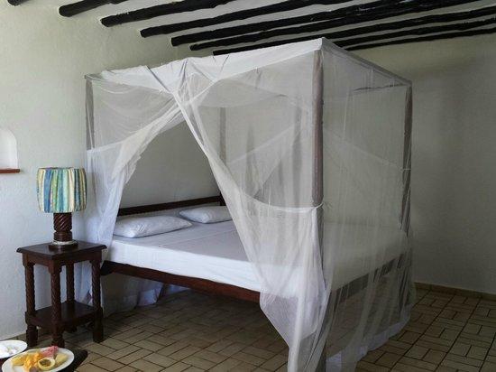 Diani Sea Lodge: grosses bequemes Bett, rel. harte Matratze