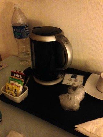 TRYP Sao Paulo Higienopolis Hotel: garrafa elétrica no quarto com cafés e chás (ótimo)