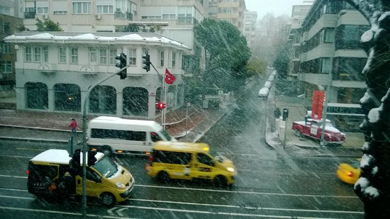 Wyndham Grand Istanbul Kalamis Marina Hotel : View from my room while snowing outside